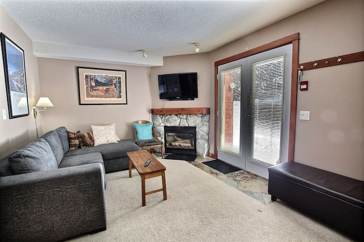 Queen sofa bed, gas fireplace. Lots of comfy seating.