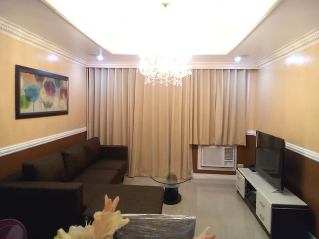 Classic Victorian 2 Bedroom Robinsons Place Malate - Manila - Apartment