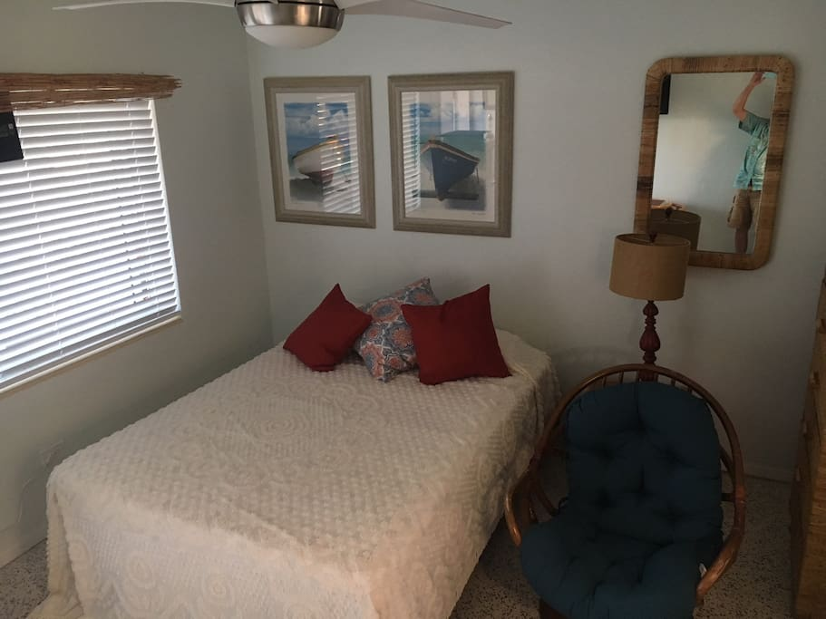 Queen size bed, single char and small dining table with 2 chairs.