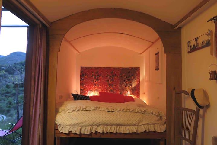 Grand lit cocoon confortable pour les amoureux. Nid douillet pour les femmes enceintes. Possibilité d agrandir le lit a 1, 70cm de large pour dormir avec bébé / petit enfant.