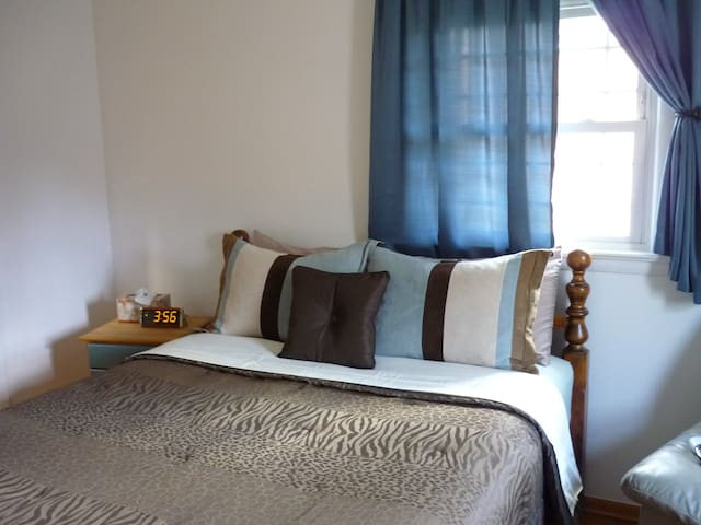 Home Away From Home - 1 Bedroom / 1 Queen Bed - Manassas