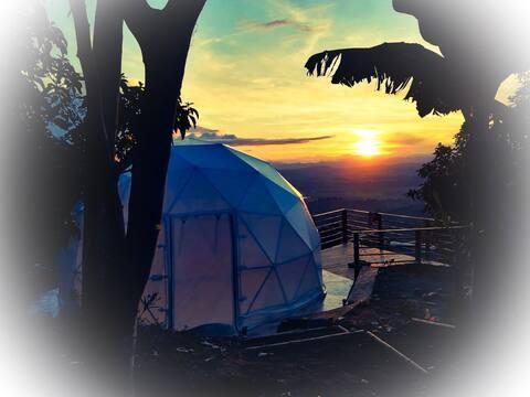 Un lugar tranquilo para descansar y conectarse con la naturaleza, hospedaje en domo geodesico con vista a los paisajes y atardeceres más espectaculares, terraza, jacuzzi, baño privado. Ubicados en el corazón del eje cafetero.