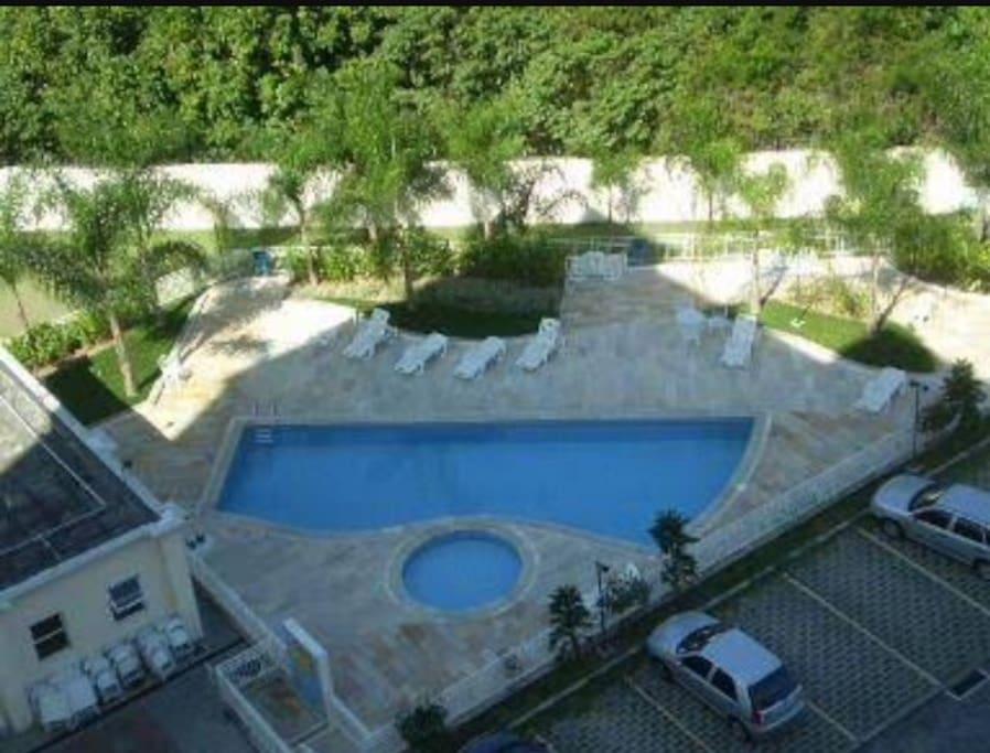 Área lazer com piscina, churrasqueira e quadra poliesportiva