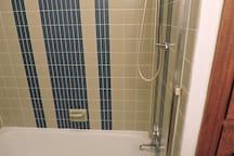 upstairs bathroom bath/shower
