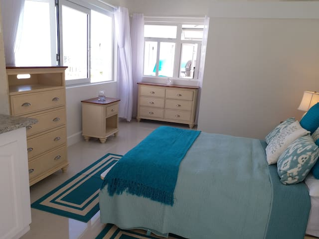 1 Bed Studio⭐️Wrap-Around Pool⭐️Ocean Views⭐️A/C⭐️