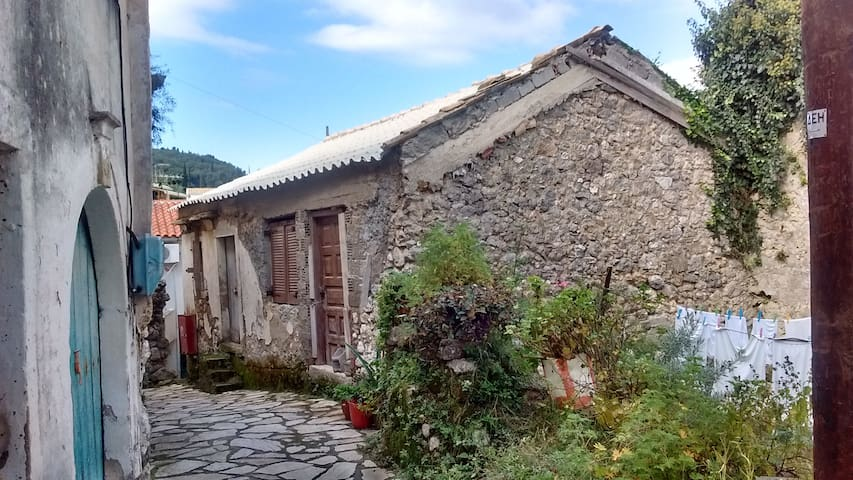 Stone House on the Corfu Trail - Sinarades - 一軒家