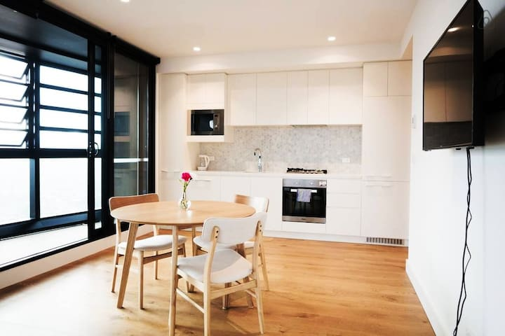 Box Hill Apartment with a Spectacular View
