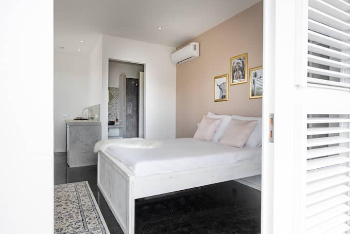 Spacious bohemian room with balcony in Pietermaai