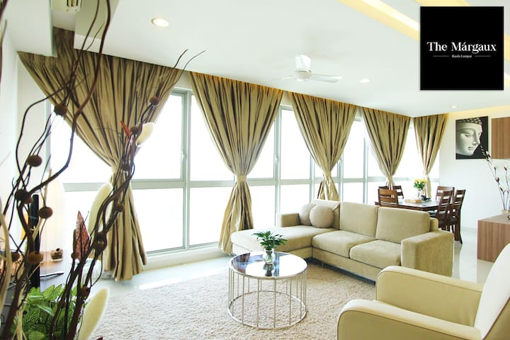 Full panoramic view of the living room