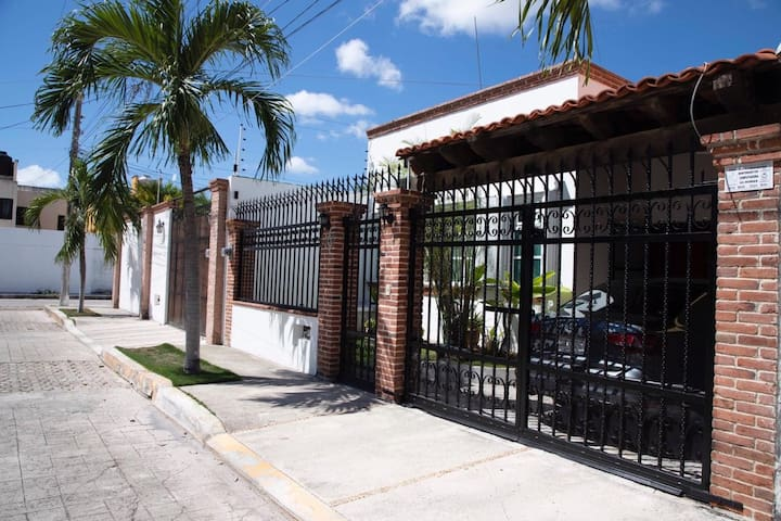 Flirtatious, cozy & central house in Cancun City.