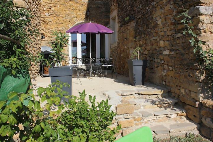 ancienne batisse rénovée au coeur des vignes - Baron - House