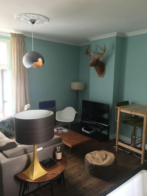 La salle à vivre est en grande partie occupée par un coin salon