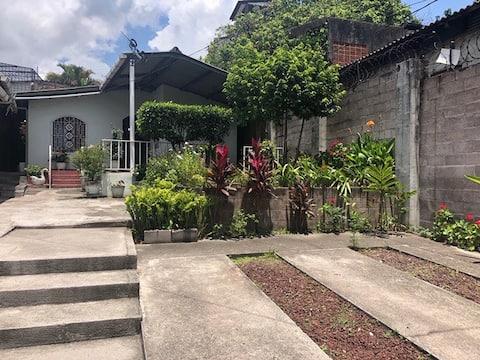Casa ubicada en el centro histórico de San Jacinto. Lugar seguro y privado.