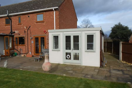 Self-contained Garden Room in semi-rural location - Worcestershire