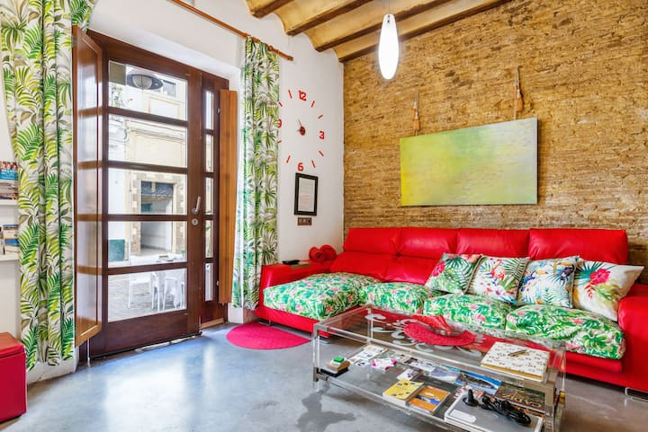 Historic yet Modern Apartment with Air-Conditioning and Wi-Fi; 2 Minutes from Beach
