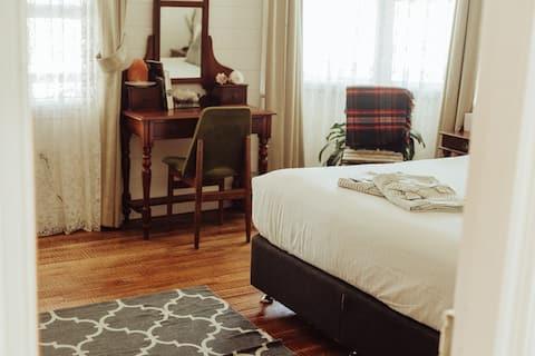 Hobo Homestead - Barefoot Retreat - Quartz Room