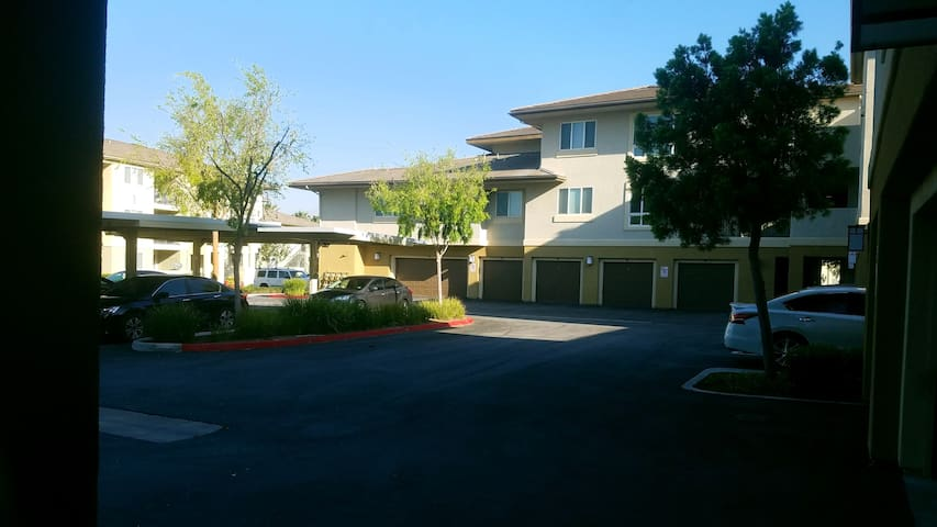 2 bd 2 bath condo w/ large attached 2 car garage - Riverside - Apartment