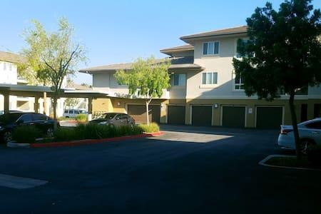 2 bd condo w/ attached 2 car garage - Riverside - Apartamento