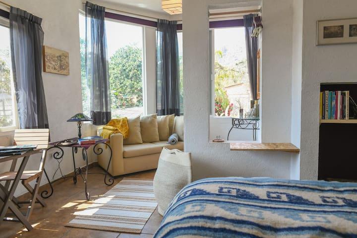 Amplia y luminosa Suite con techo de doble altura.
