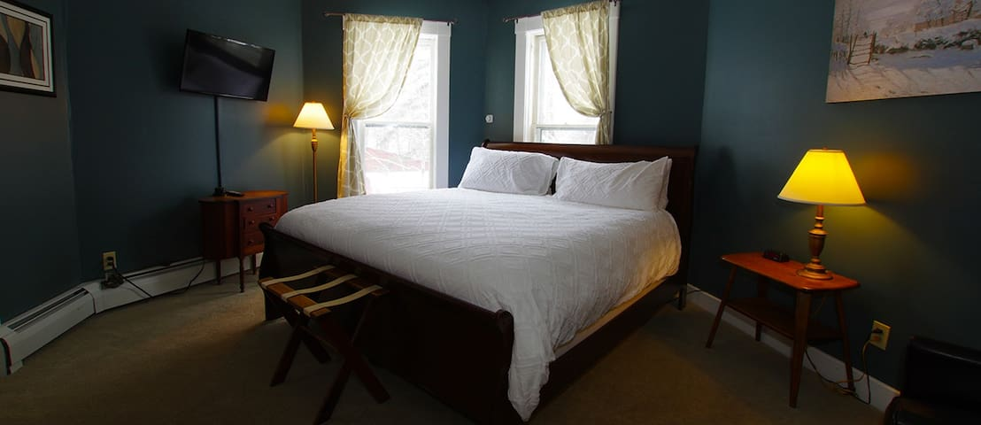 Wilmington Room  @ The Wilmington Inn- Breakfast Included & downtown Wilmington location!