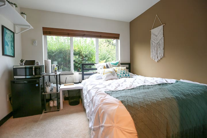 Private Guest Suite in Eastlake Townhome