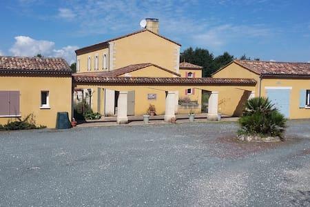 Chambres a la Marviniere - Saint-Bonnet-sur-Gironde - Bed & Breakfast