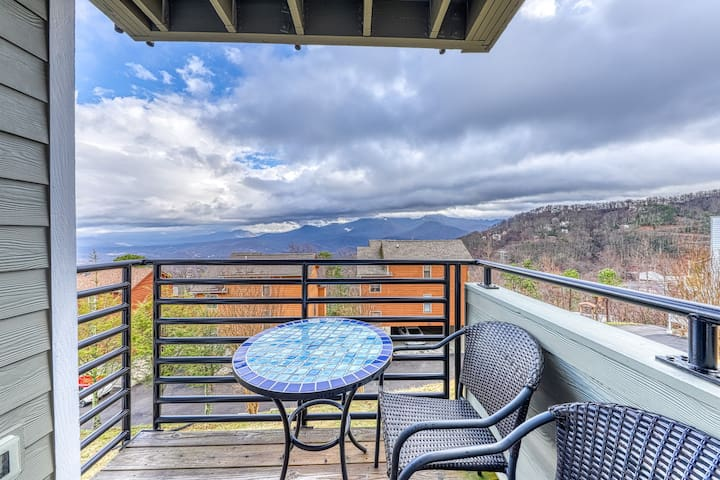 Stylish studio w/ mtn. views, shared pool & hot tub, and wood-burning fireplace!