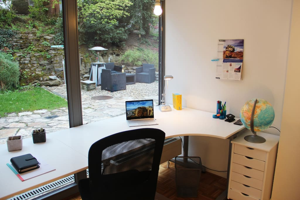 A huge desk with a view of the garden is ideal for intensive work. You have Wifi and LAN connection here