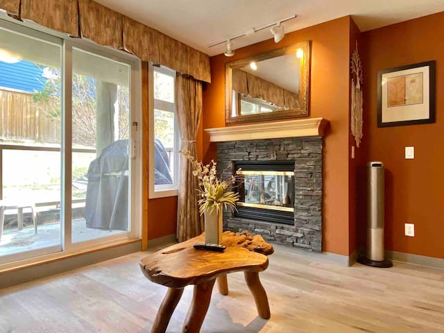 1BD/1BA Spacious Lodge with Indoor Parking/Hot Tub
