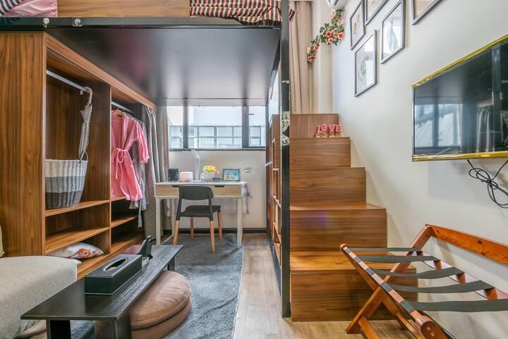 整套非合住 可做饭 离中山北路地铁500米 上海静安温馨复式房独卫 有免费健身器材 购物吃饭方便