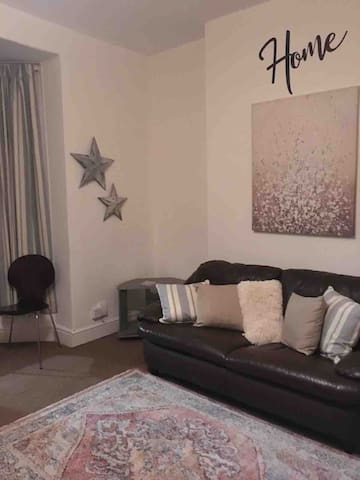 Bright & comfy flat in trendy Uplands area