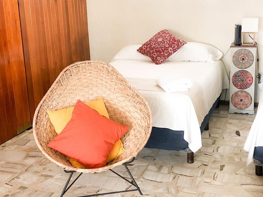 Deléitate con frescos pisos de mármol, paredes de cedro y acabados vintage.