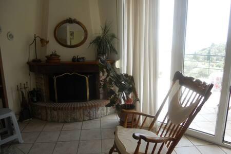 Μονοκατοικία μέσα στις ελιές