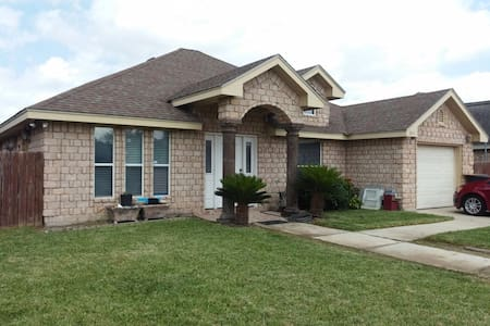 Quick freeway access - Private bedroom/full bed - Weslaco - 단독주택