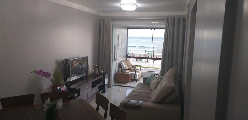 Sala com Ar condicionado ❄❄ e Sacada FRENTE MAR  na Praia!⛱
