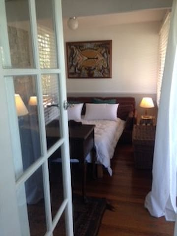 Beautiful private room with veranda - Rozelle - Ev