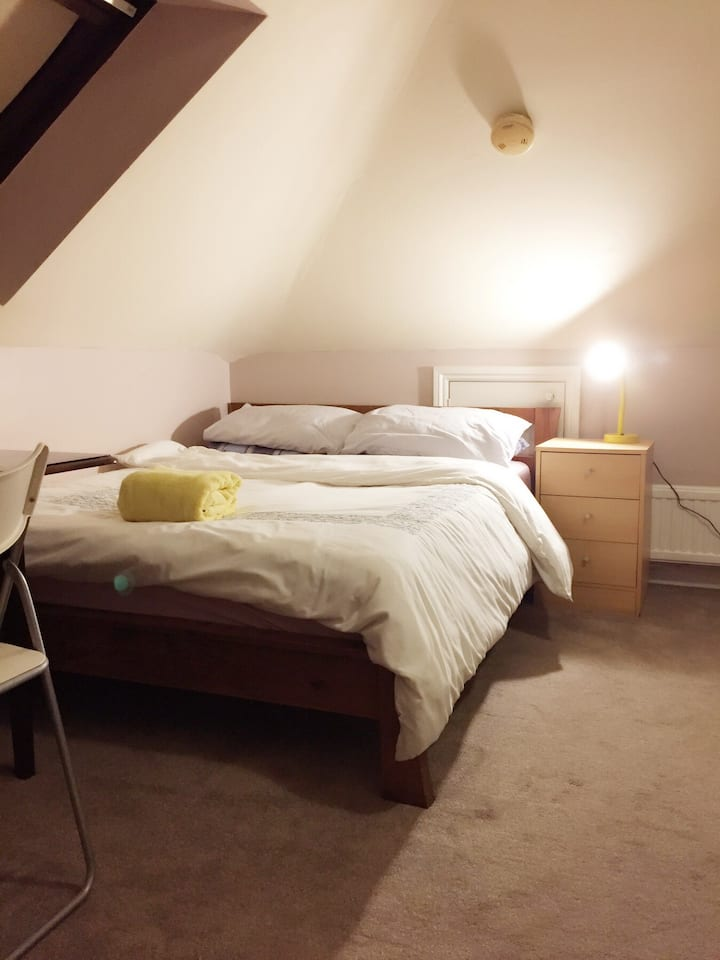 Central Headington Spacious loft double room