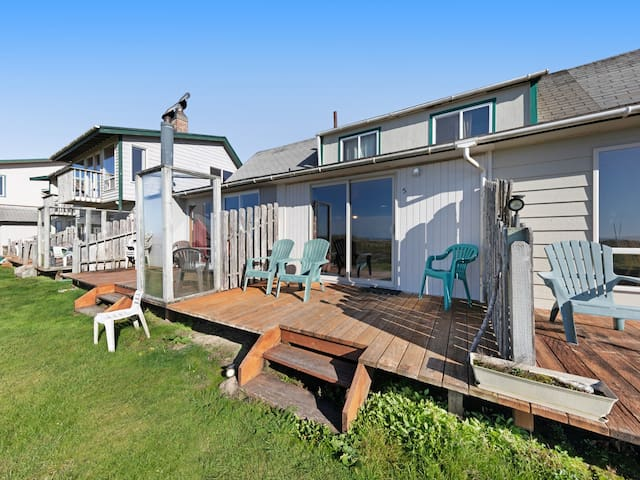 Oceanfront motel studio w/ beach access & great view - dogs welcome!