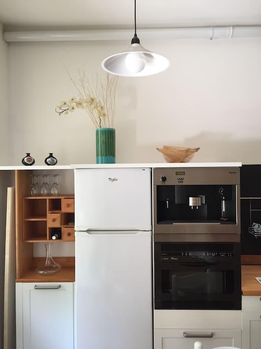 Frigorifero con congelatore, forno multifunzione e microonde, macchina da caffè