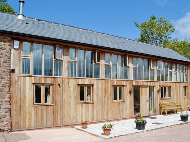 Pretty Benches Barn (UKC2733)