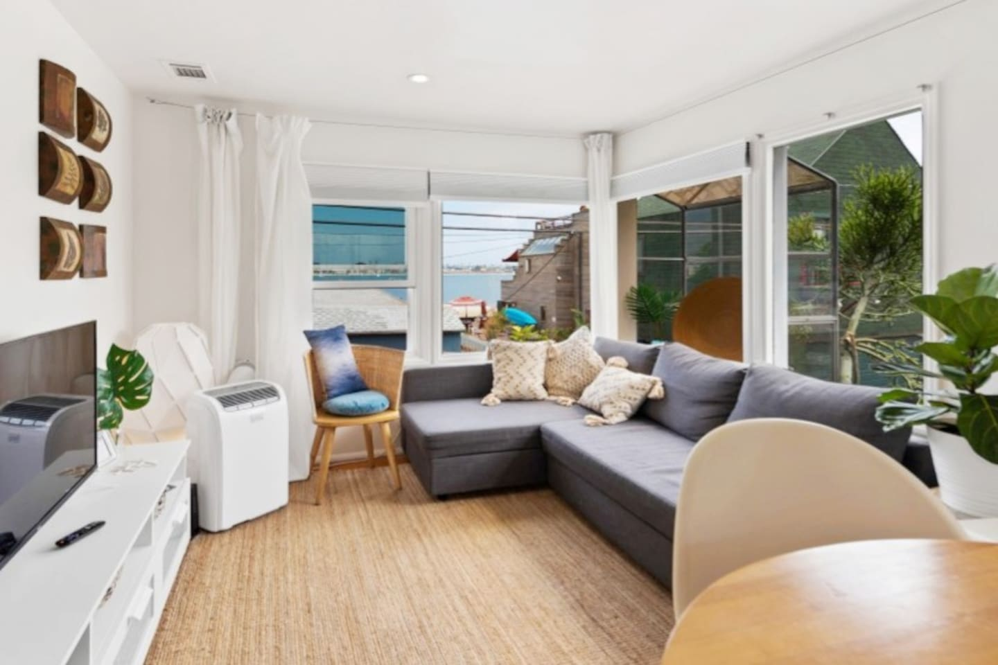 Enjoy the sea breeze and view of Mission Bay from your apartment. Gorgeous Beachy vibe in the heart of Mission Beach, walking distance to everything Mission Beach has to offer bars,cafes and restaurants Quite stylish apartment two blocks to the ocean