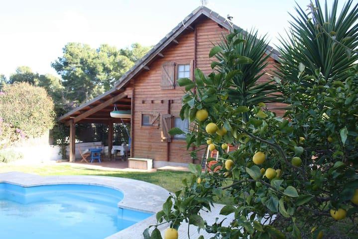 Habitación casa de madera- room in a wooden house - El Catllar - Houten huisje
