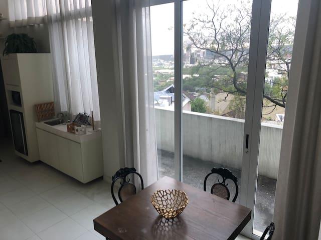 Vista de cocineta y comedor tomada desde las escaleras