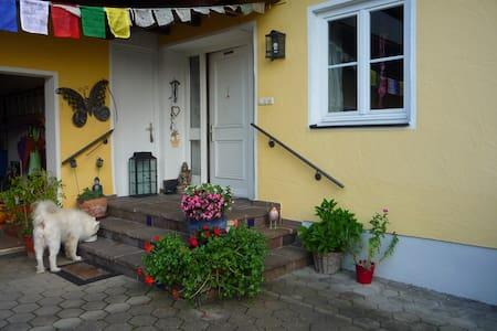 Lebendiges Familenhaus mit kl. Einliegerwohnung - Essenbach