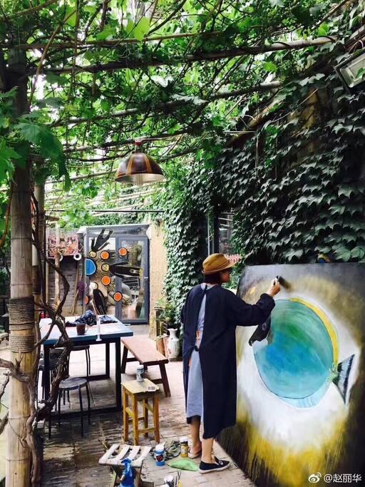 赵丽华老师在院子里画画