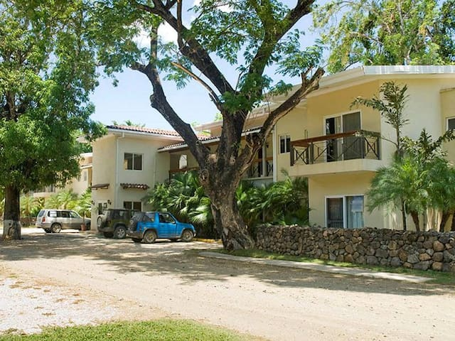Caye Mango is a quiet street 2 blocks from the beach