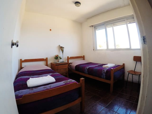 Habitación con 2 camas individuales con placard y vista al cerro San Antonio y al mar.