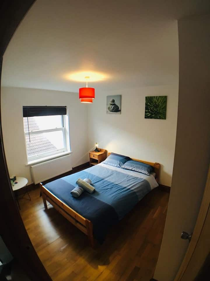 Bright and spacious room close to temple meads