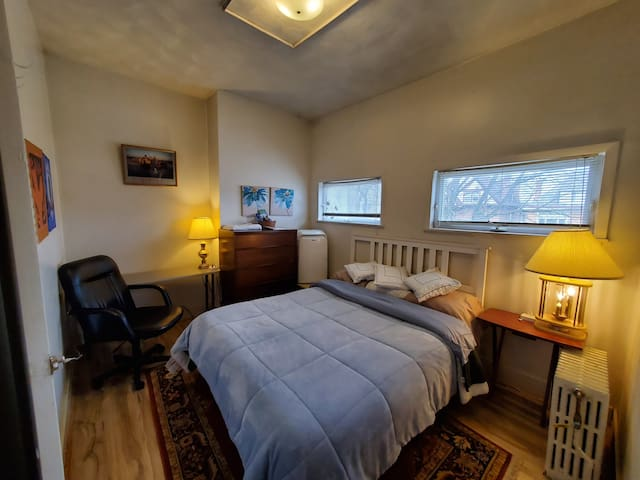 Cozy Private Air Conditioned Room With Queen Bed