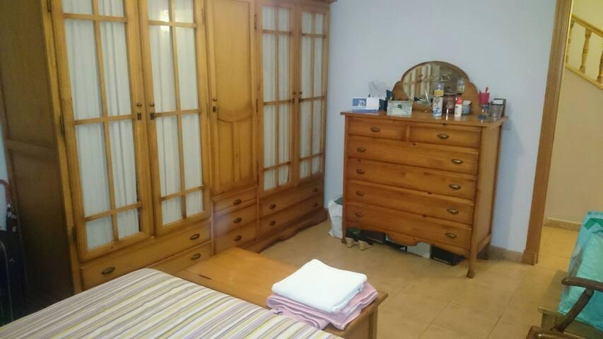 Dormitorio con baño independiente. - Alhaurín de la Torre - Hus